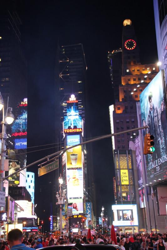 タイムズスクエアー 夜11時 凄い人混み