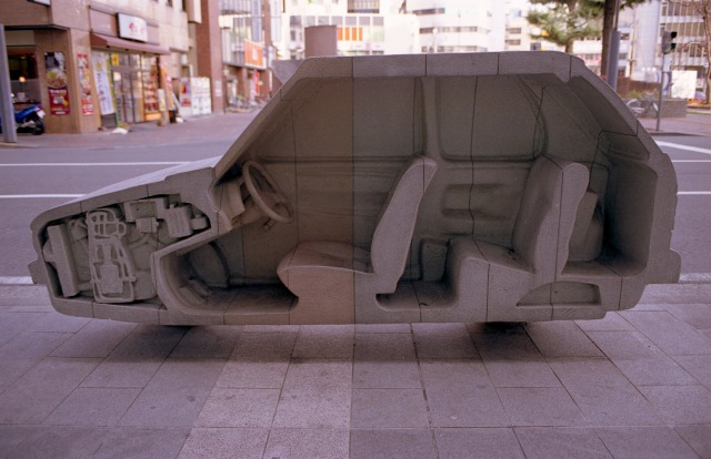 舗道が変身した自動車を覗く